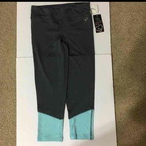 NEW  Aeropostal yoga Crop/leggings pants. Size M